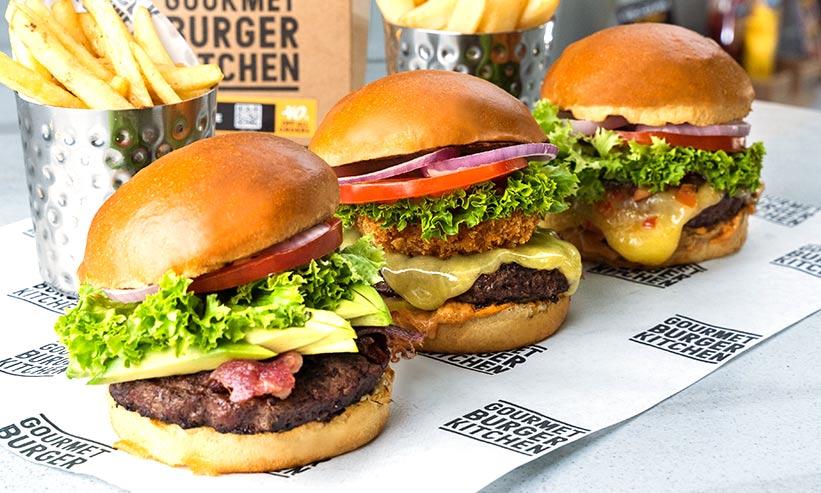 並べられた3つのハンバーガー