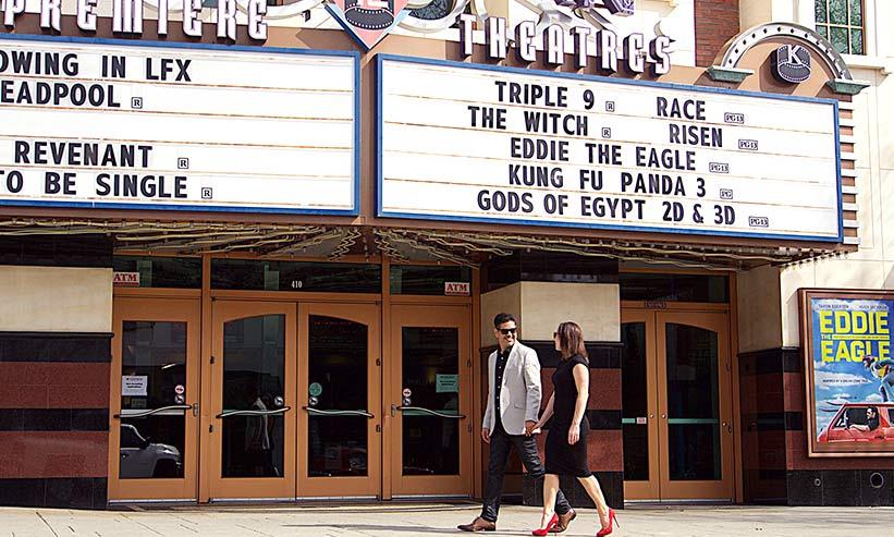 映画館の前を歩くカップル