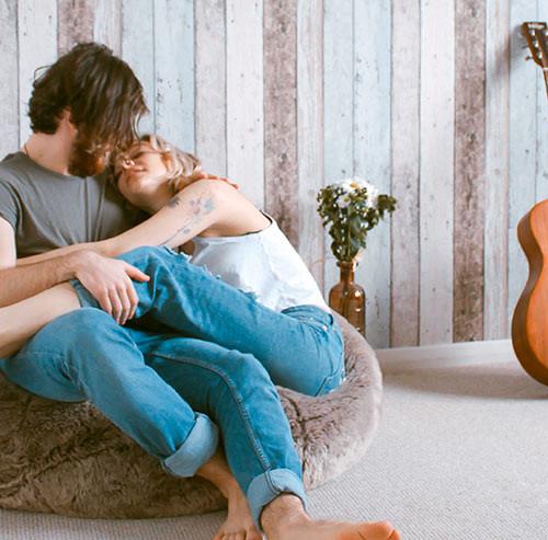 クッションに座りイチャイチャするカップル