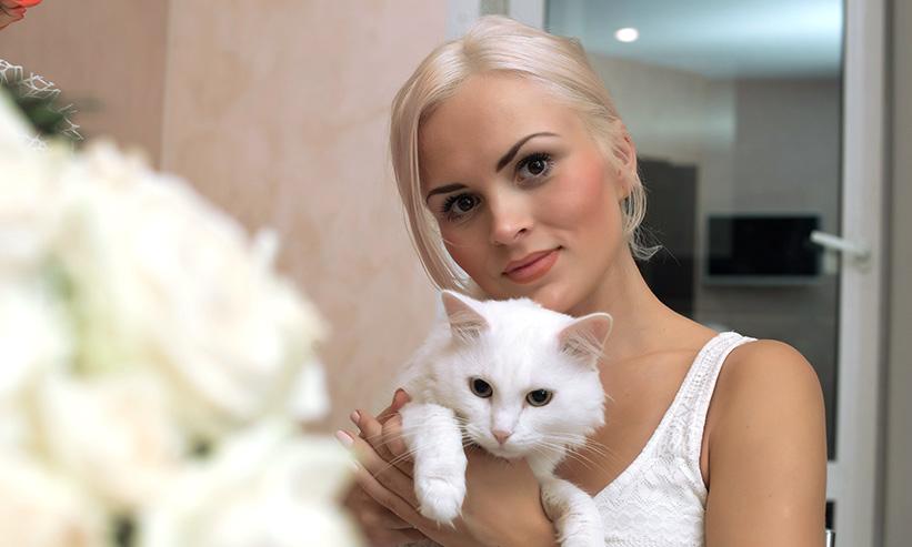 猫を抱えている女性