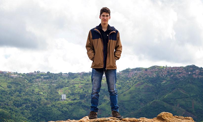 崖の側に立っている男性