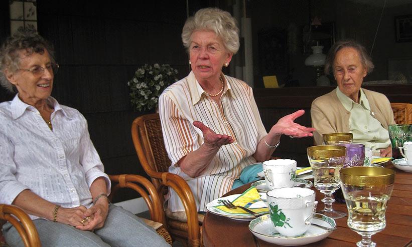 食事をする3人のお年寄り
