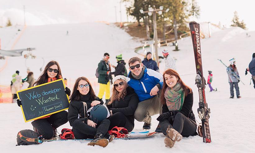 スキーをする男女のグループ