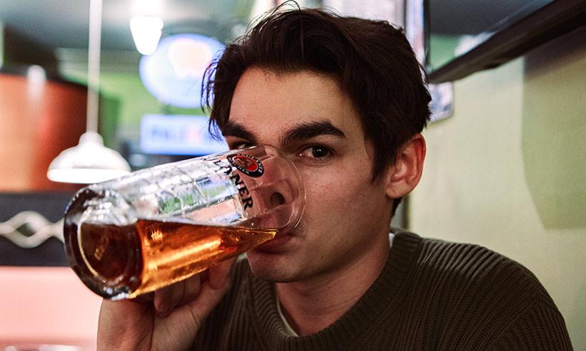 ビールをジョッキで飲んでいる男性
