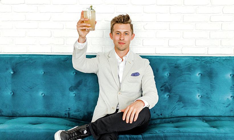 ソファーに座り乾杯する男性