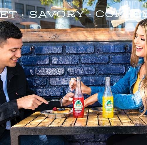 笑いながら食事をするカップル
