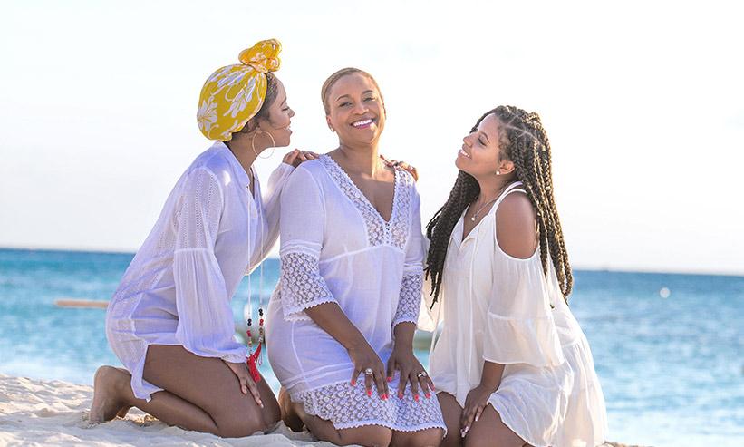 ビーチで寛ぐ3人の女性