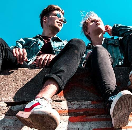 塀に座っているカップル