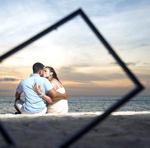 ビーチでキスをするカップル