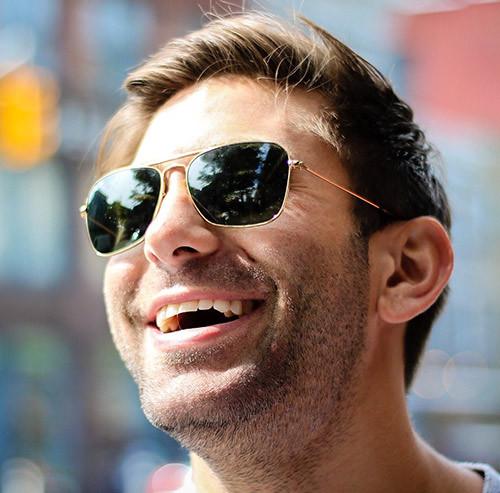 笑っている男性