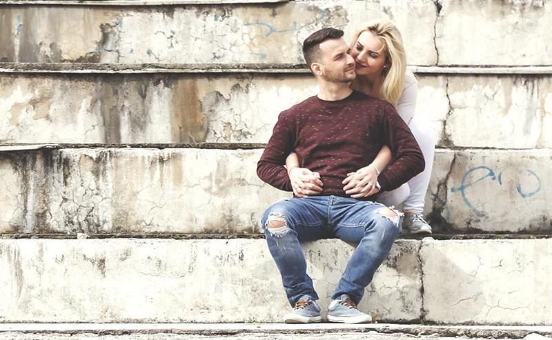 階段に座っているカップル