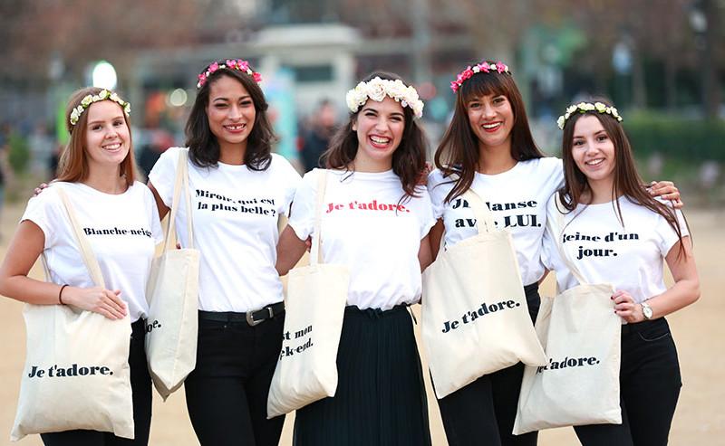笑顔の5人の女性