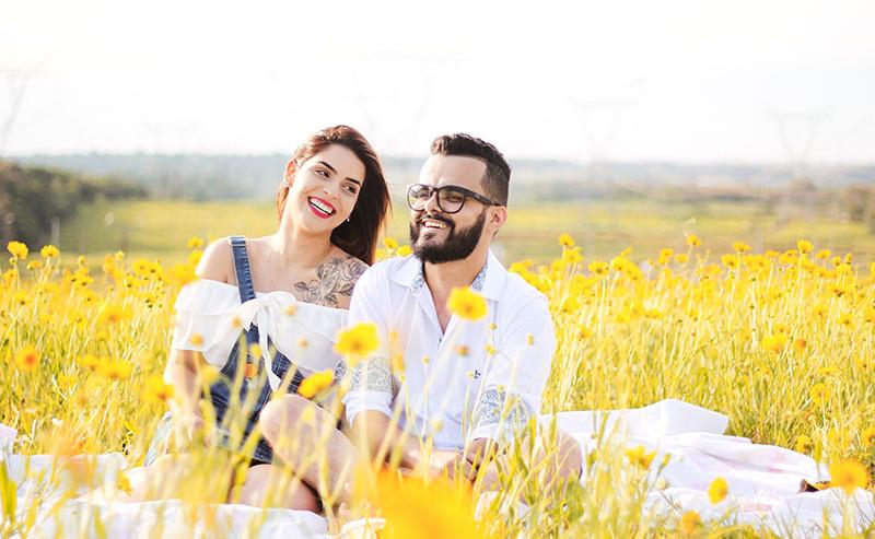 花畑で寛ぐカップル