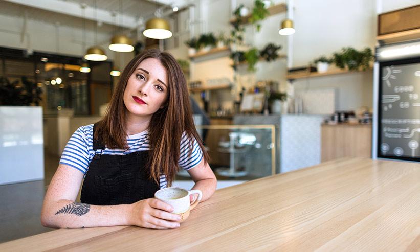 カフェで首を傾げる女性