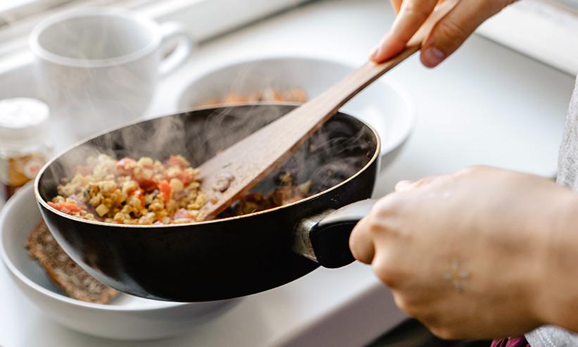 フライパンで料理をする様子