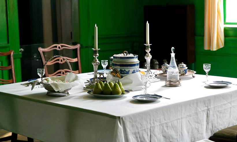 テーブルに並んだ食器