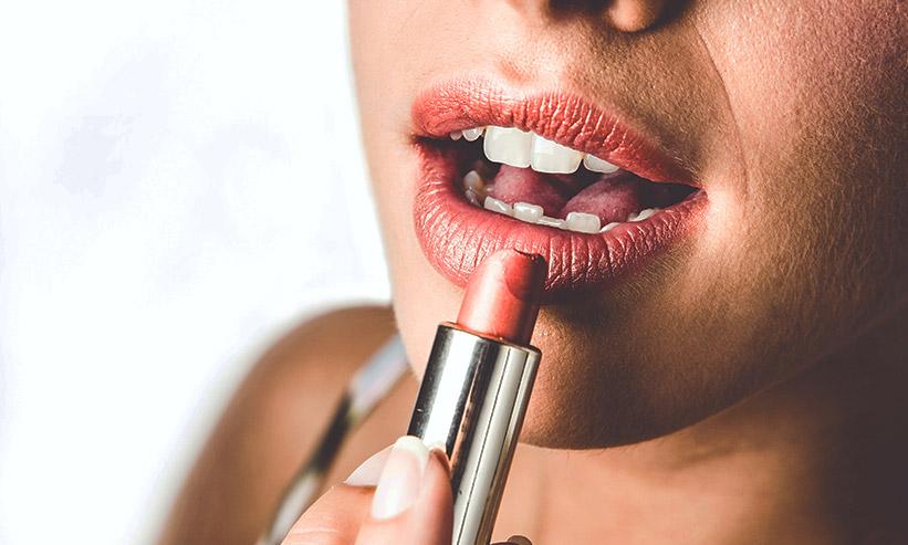 赤い口紅を塗る女性