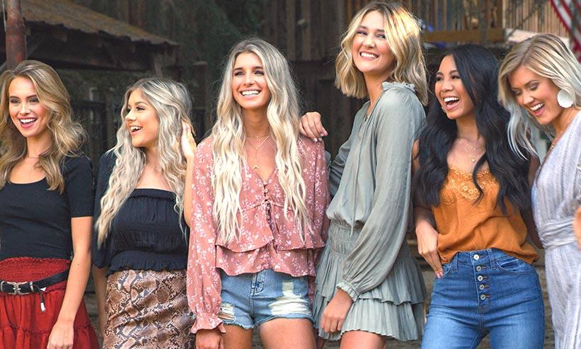 笑っている複数の女性