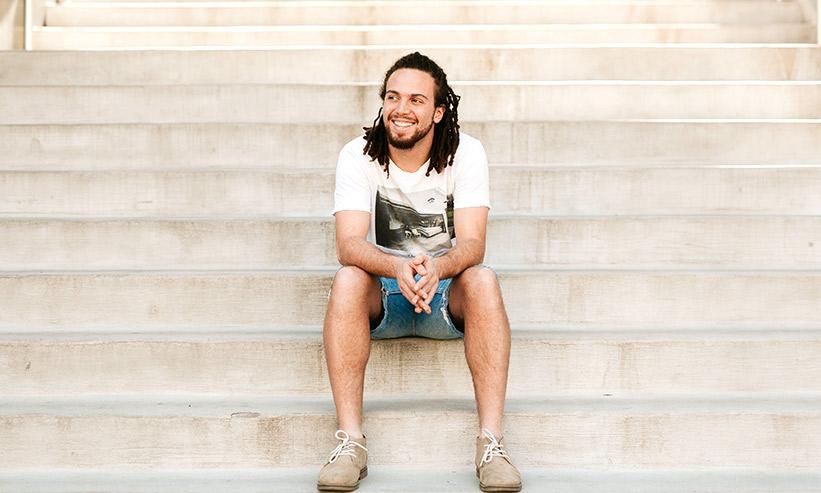 微笑みながら階段に座る男性