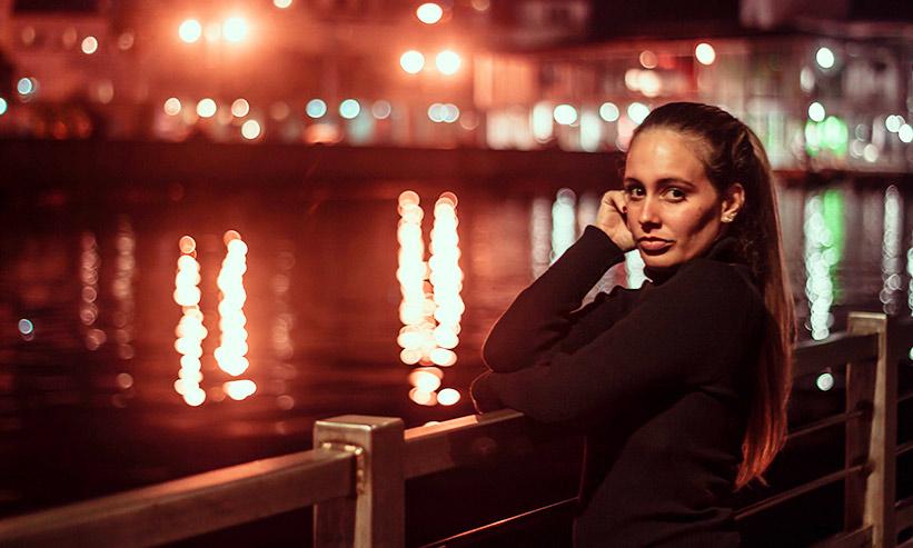 川の側にたたずむ女性