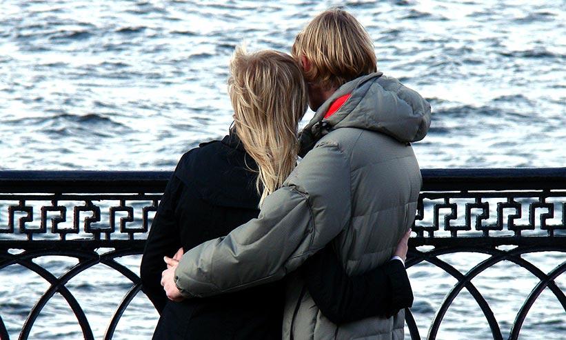 お互いの腰に手を回すカップル