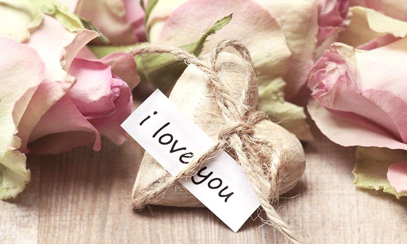 I LOVE YOUと書かれた紙と花