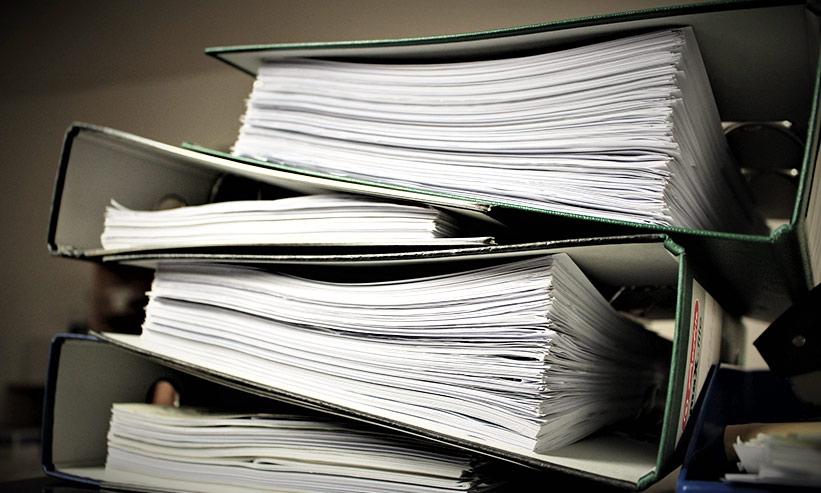 積まれた書類ファイル