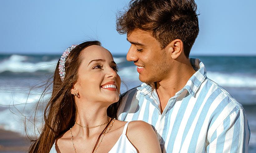 笑いながら見つめ合うカップル