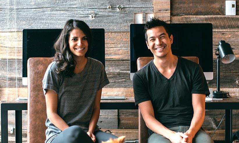 ニッコリ笑って座っているカップル