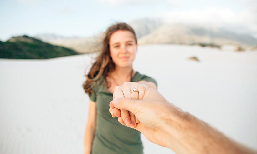 男性の手を引く女性