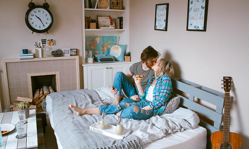 ベッドでキスをするカップル
