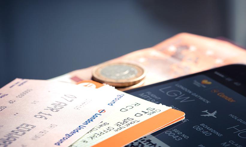 飛行機のチケットとコイン
