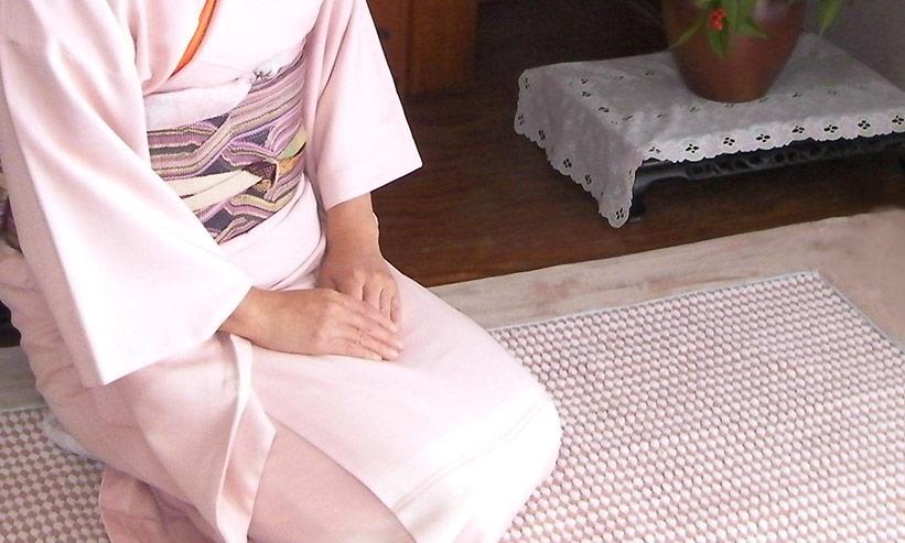正座をしている着物を着た女性