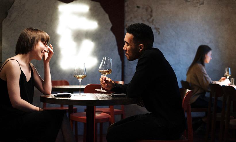 カフェでお酒を飲むカップル