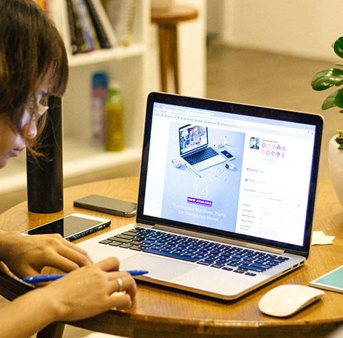パソコンで仕事中の女性