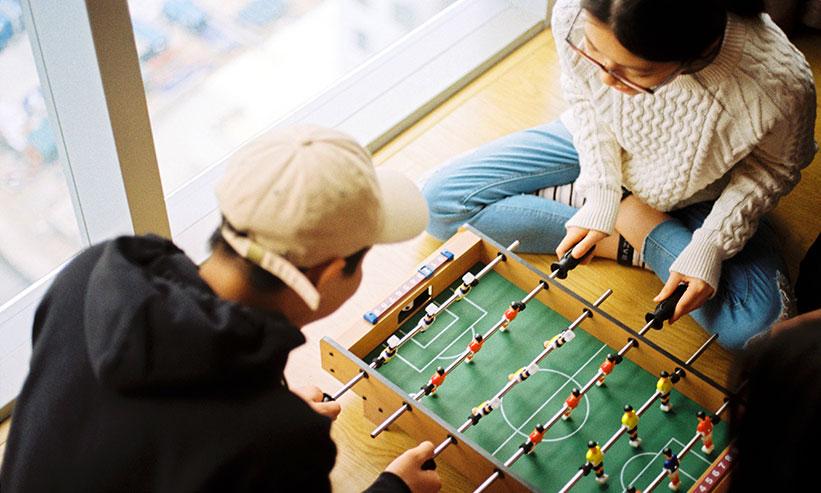 ボードゲームをするカップル