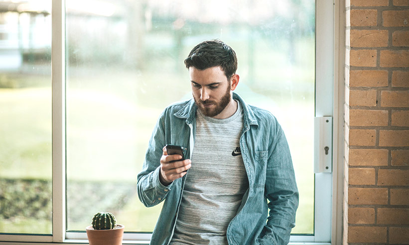 スマートフォンを見ている男性