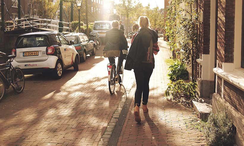 歩いている女性の後ろ姿