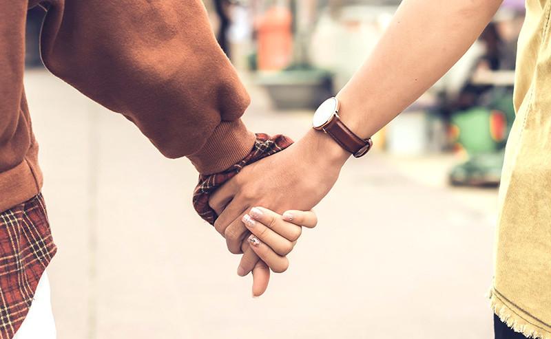 手を繋いでいるカップル