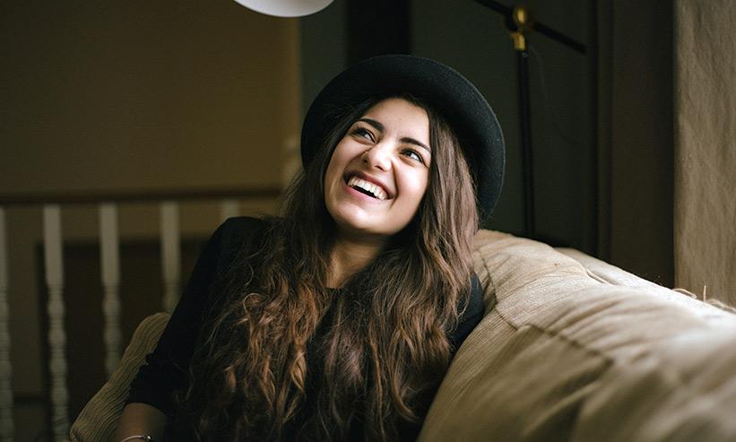 笑いながら上を見る女性