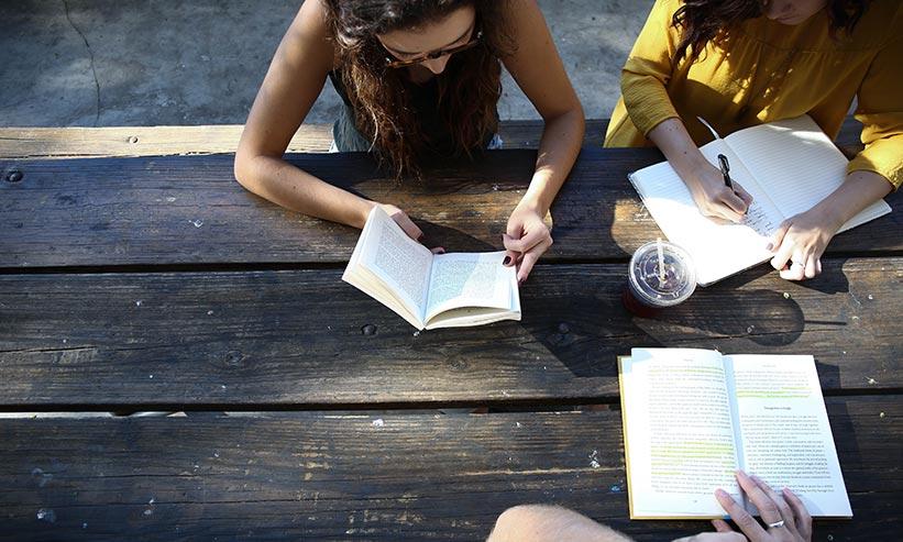 勉強をしている3人の学生