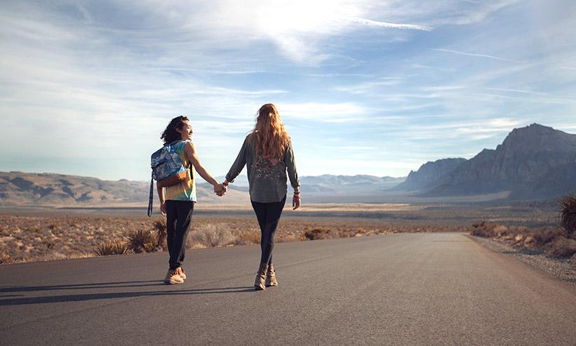 手を繋ぎ歩くカップル