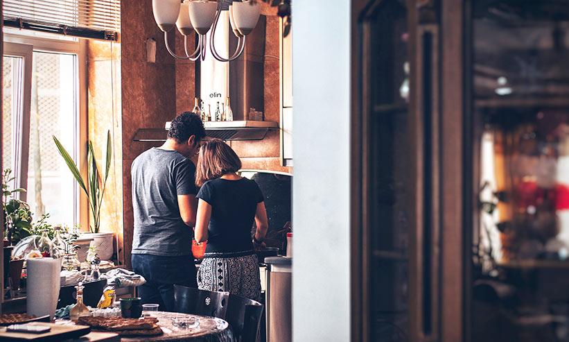 料理をするカップルの後ろ姿