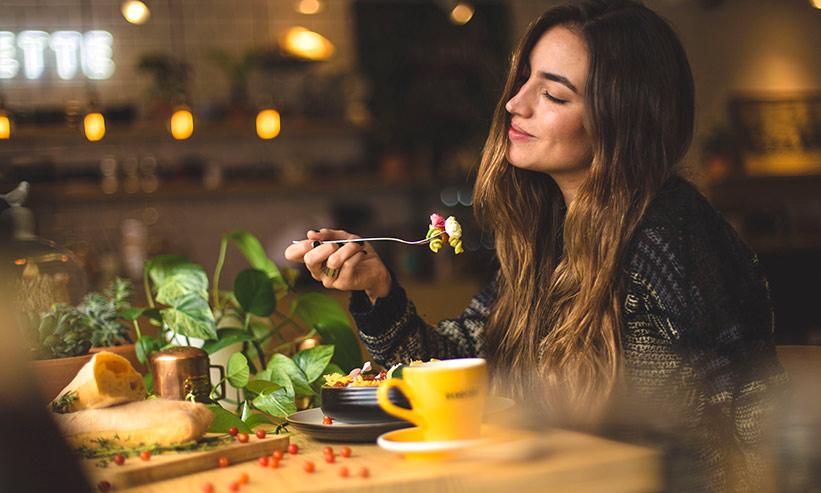 食事を堪能する女性