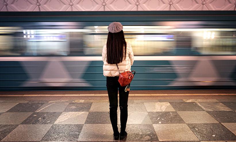 電車を待っている女性の後ろ姿