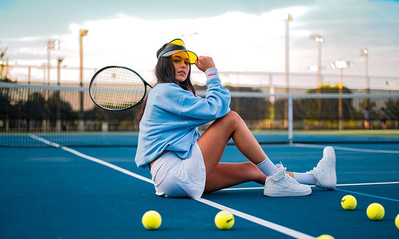 テニスコートにいる女性