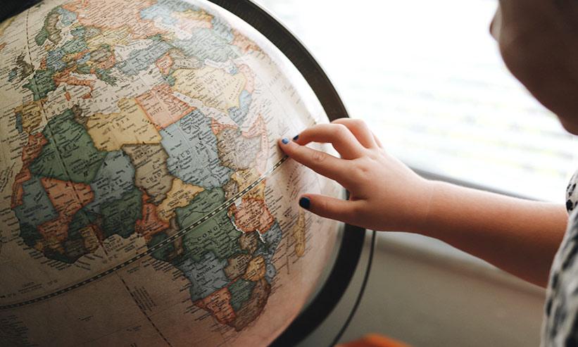 地球儀を触る子供