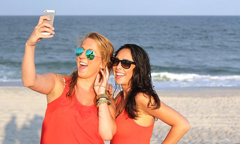 自撮りをしている2人の女性
