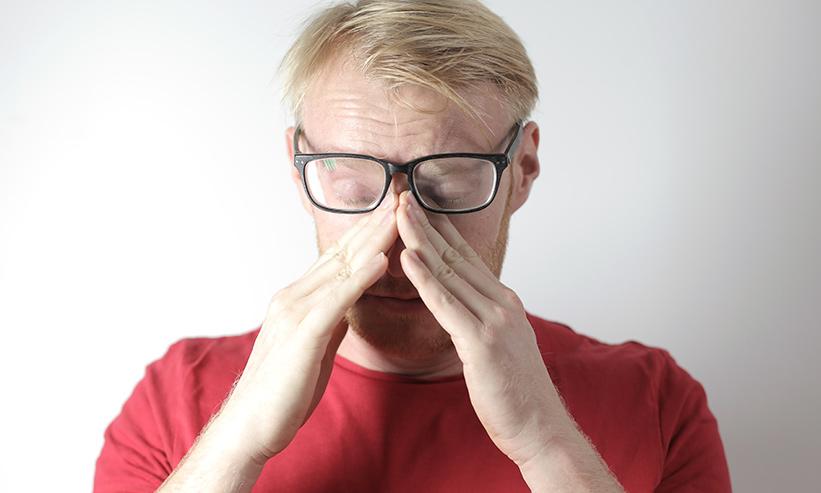 目頭を押さえて泣く男性