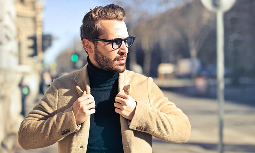 ジャケットを正す男性